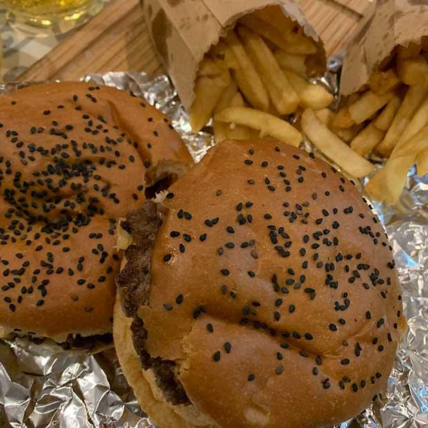 Noche De Delivery Con Hamburguesas Del Birron
